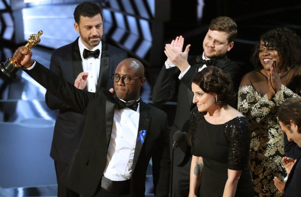 """Pärast segadus vale parima filmi Oscarivõitja välja kuulutamisel, sai """"Kuuvalgus"""" oma teenutud kuldmehikese."""