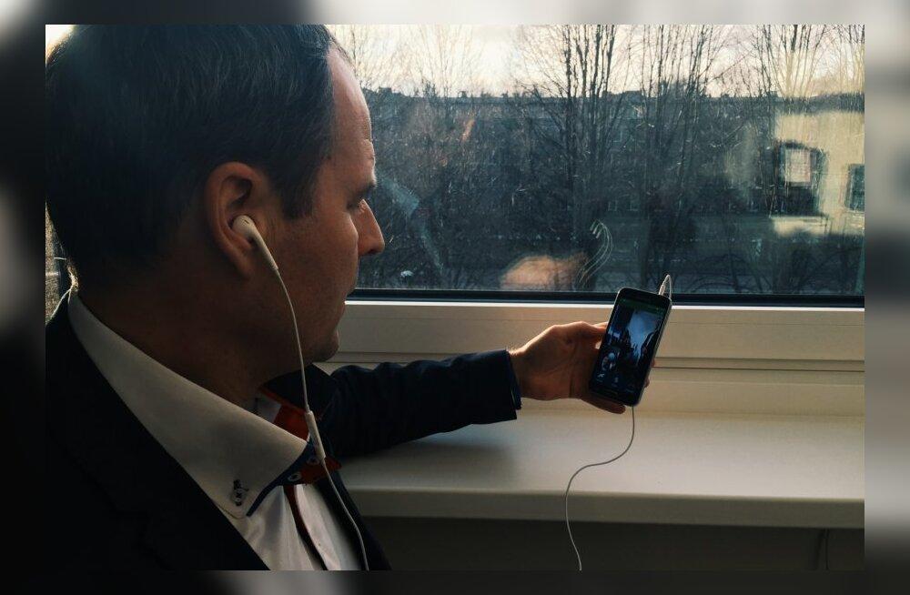 Eesti Telekomi juhatuse esimees Valdo Kalm teeb läbi telefoni videokõne telerisse.