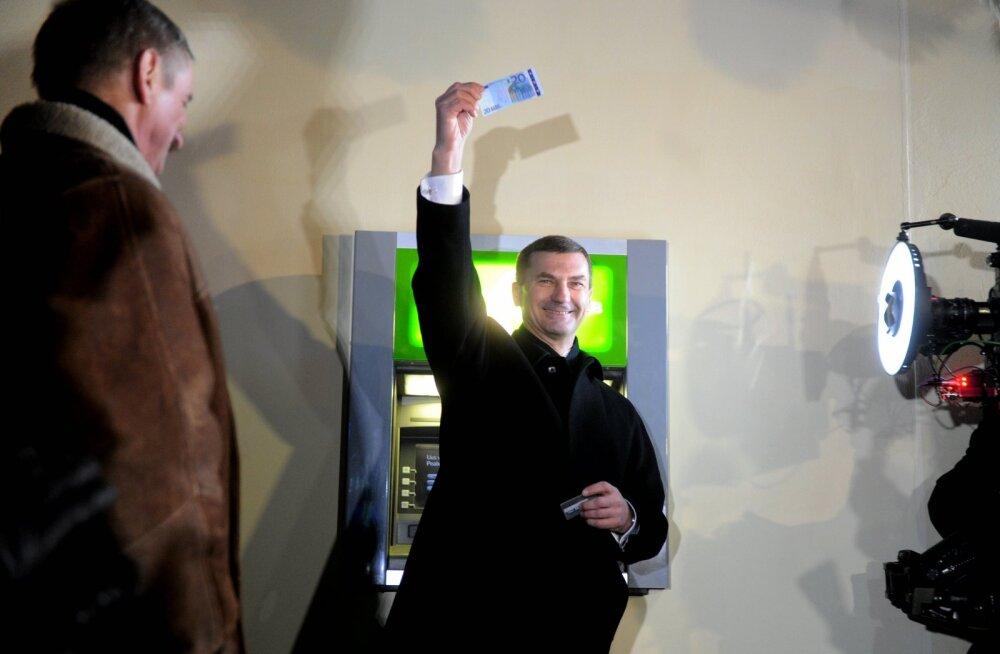 """VANA VIDEOREPORTAAŽ euro-saabumise ööst Tallinnas: """"Ikka kroonides maksime, eurodes ei hakka eales maksma. Me oleme truud kroonidele!"""""""