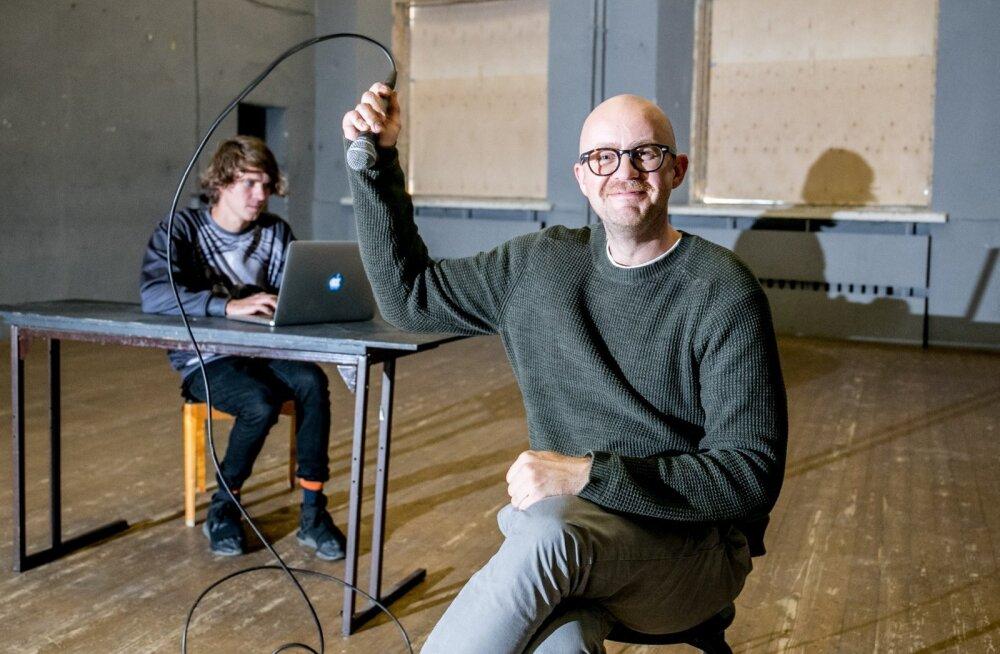 Henri Hütt ja Veiko Tubin toovad Draamal publikuni loeng-lavastuse teatrikõllidest.