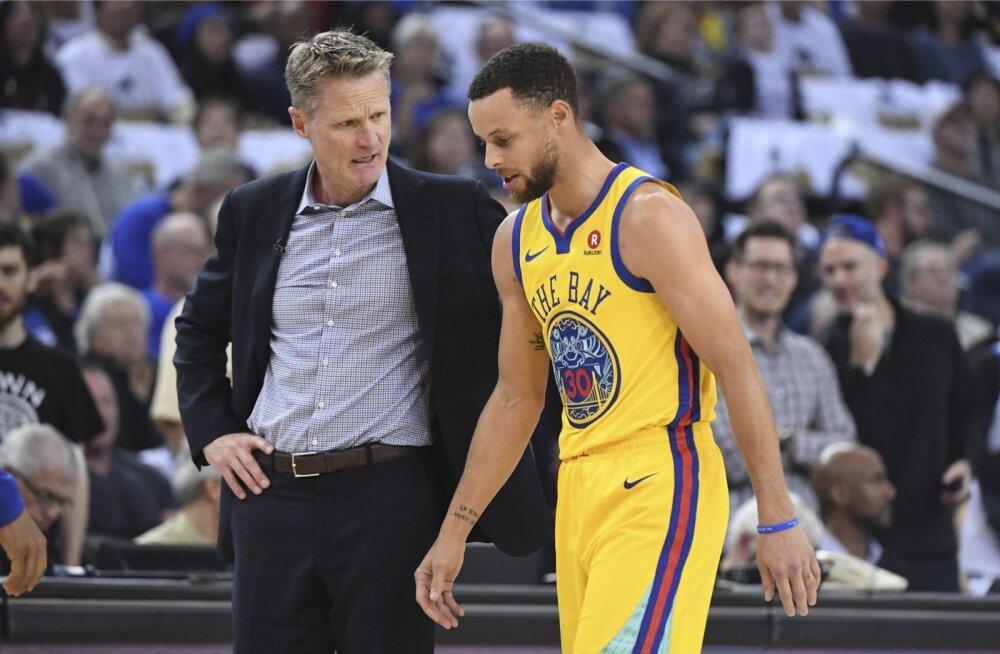 Stephen Curry lonkab hapu näoga väljakult ära