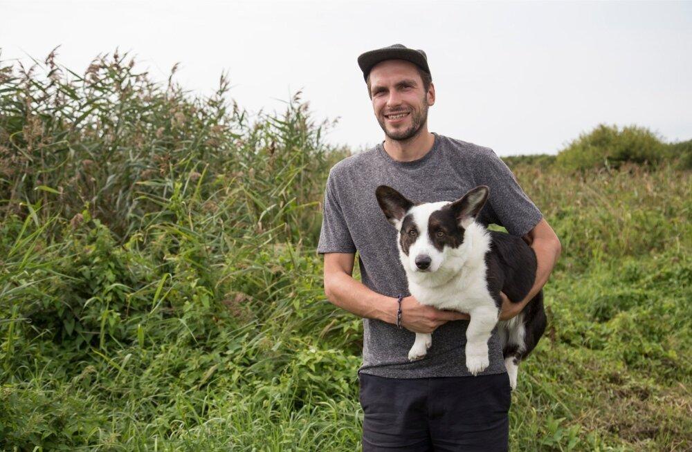 Saaremaa valla kultuuri- ja spordiosakonna juht Mihkel Tamm koer Olafiga. Oma kodu lähedalt saab ta kõrte valmistamiseks kogu vajamineva toorme.