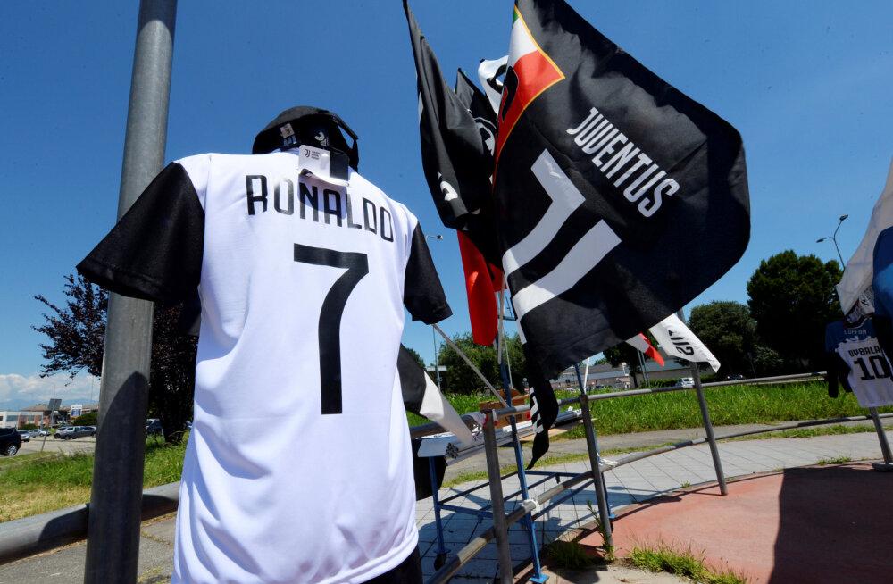Juventuse fännid on üles riputanud Cristiano Ronaldo särgi