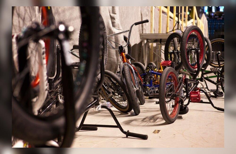 Полицейские на велосипедах задержали занимающихся сексом