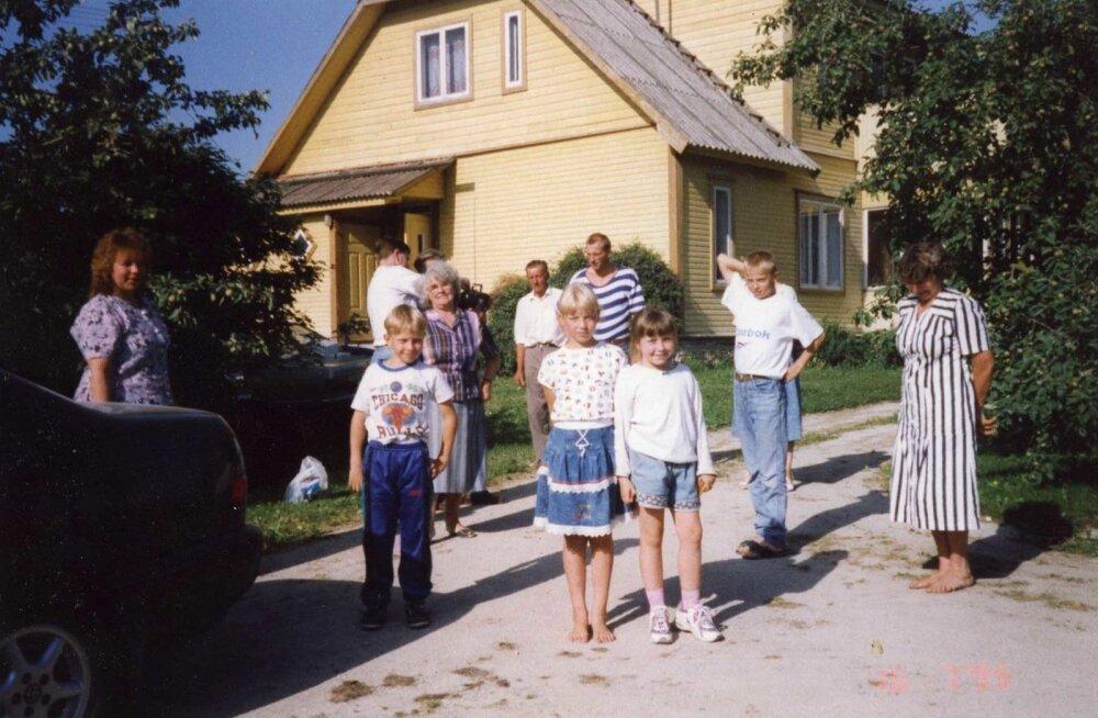 16.07.1995. Suveks maale! Pildil Vello ja Ülo oma abikaasade ja osade järeltulijatega. Kesksel kohal on armastatud kollakas kodumaja, mis perekonda ühendab.