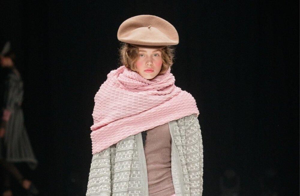 Hõbenõela nominent Liisa Soolepp tõi moelavale ajatud, kvaliteetsed ja praktilised kudumid. Hooaegade süsteemist loobunud disainer kallas modellid üleni kudumitesse, esitledes ka sooje pükse.