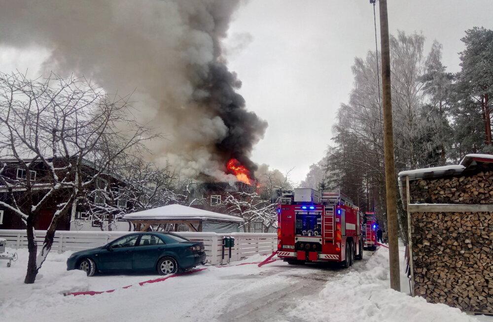 FOTO | Võru vallas põleb maja lahtise leegiga