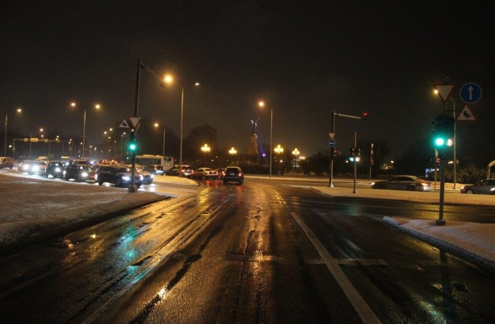 Politsei otsib Tallinnas toimunud bussi ja sõiduauto kokkupõrke pealtnägijaid