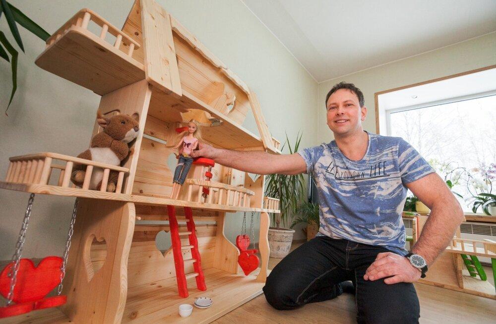 Margus Jõesaar oma suurima, kolmekorruselise nukumajaga Andra.