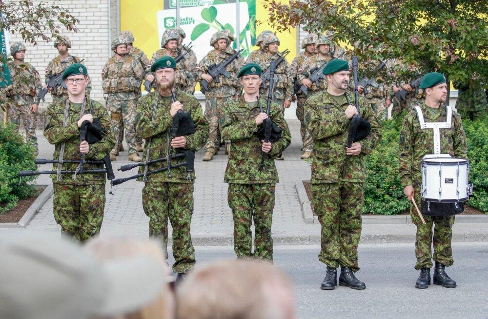 Esimest korda kõlasid sõjatorupillid suvisel võidupäeva paraadil Võrus. Ando Kiviberg (paremal) kinnitab, et nad said tugeva aplausi osaliseks.