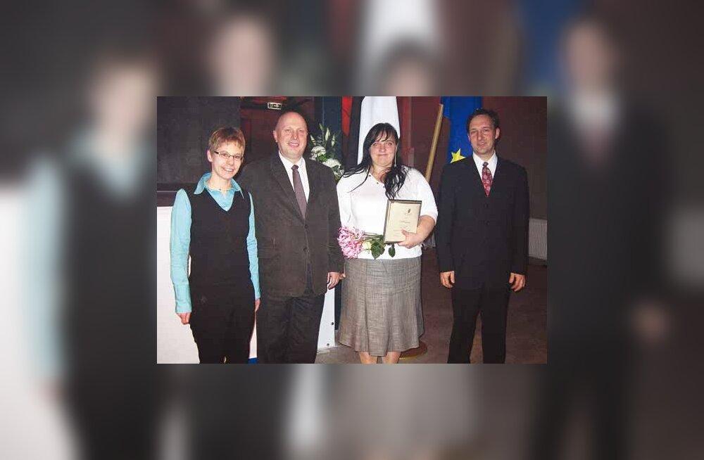 Uta Kührt, Dorpatensise büroo juhataja, Tõnu Lehtsaar, Domus Dorpatensise nõukogu liige, kes andis Domuse nimel stipendiumi üle, Carmen Ott ja piduliku ürituse juht Eero Raun. (Foto: Viimsi Teataja)