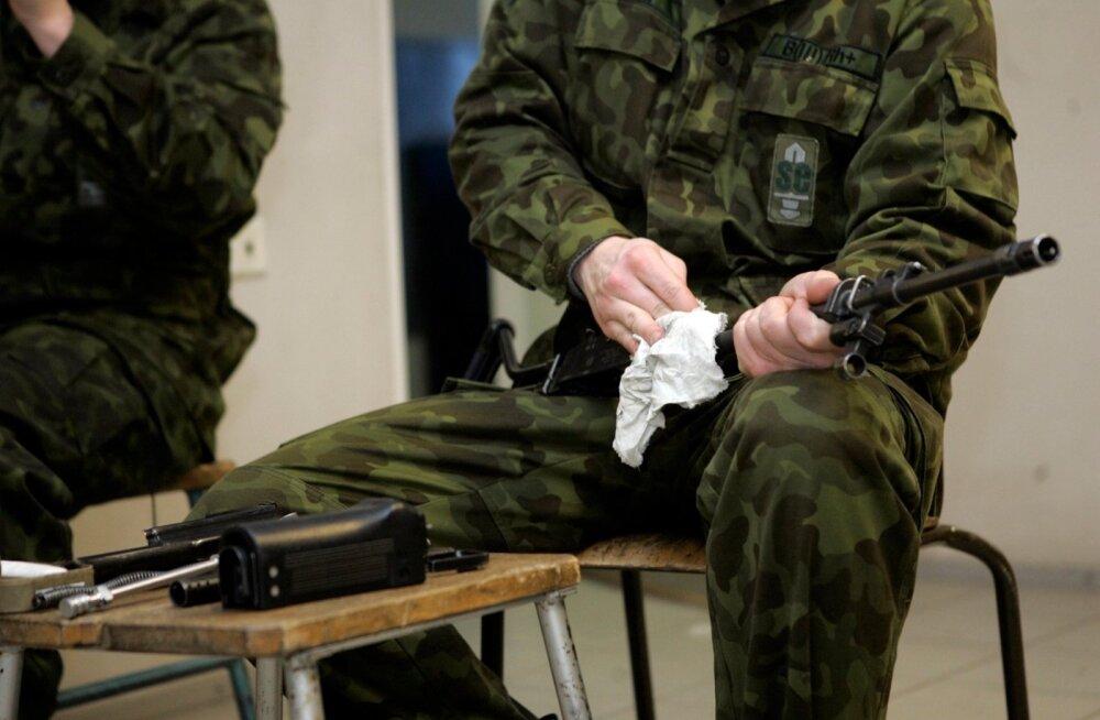 Ajateenija relvaga, pilt on illustratiivne