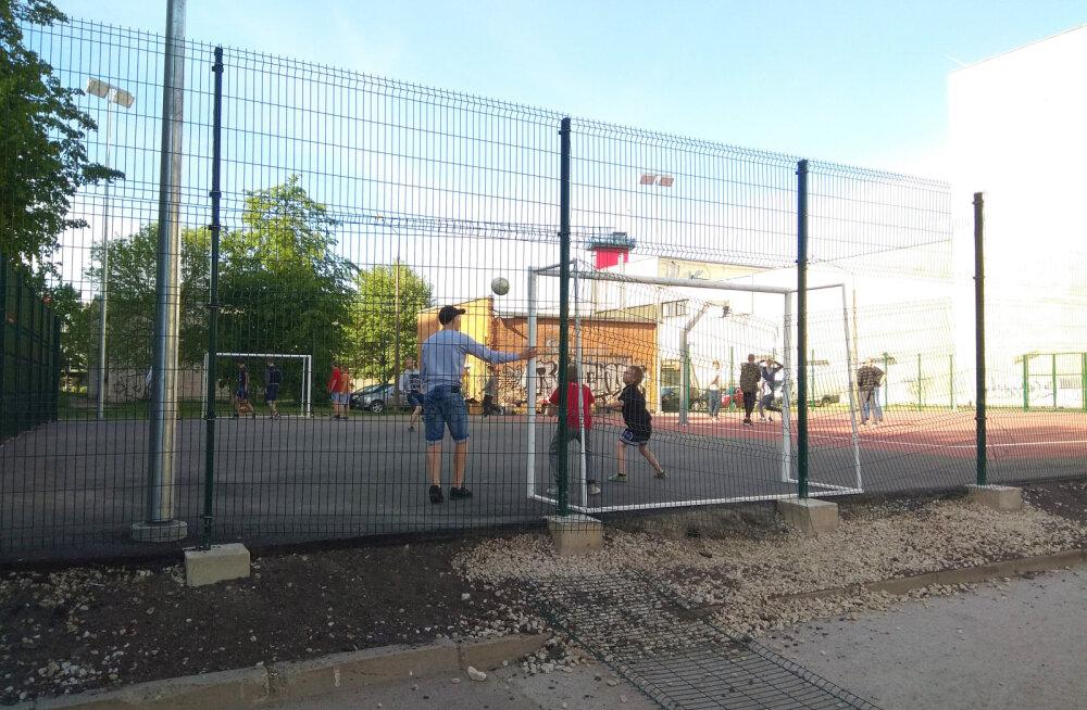 Еще не открытая новая нарвская баскетбольная площадка подверглась вандализму со стороны любителей спорта