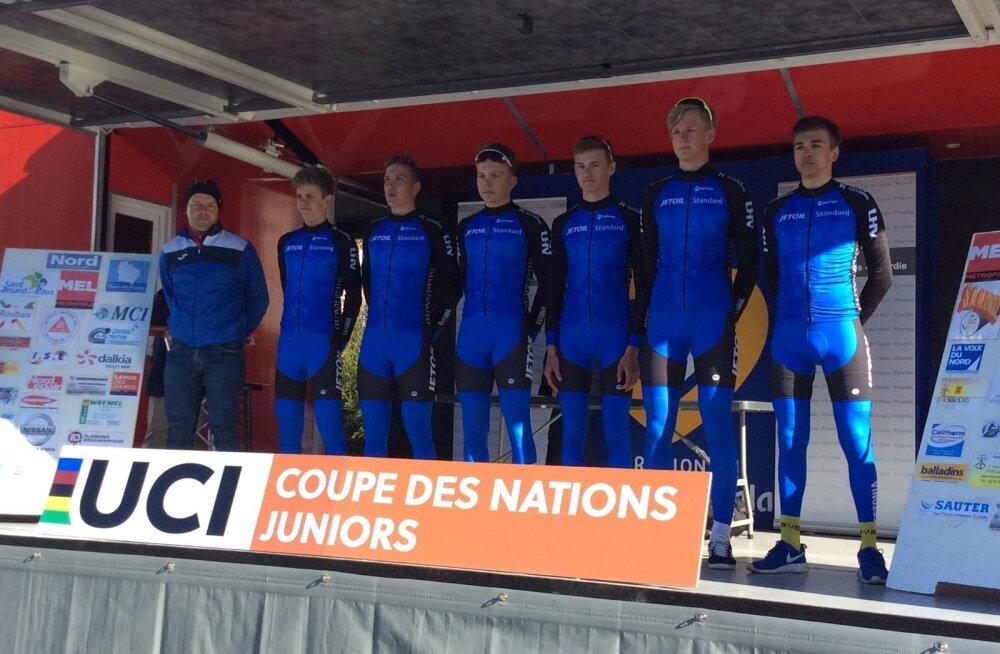 Eesti juunioride maanteekoondis ja treener Jaan Kirsipuu Paris-Roubaix stardipoodiumil