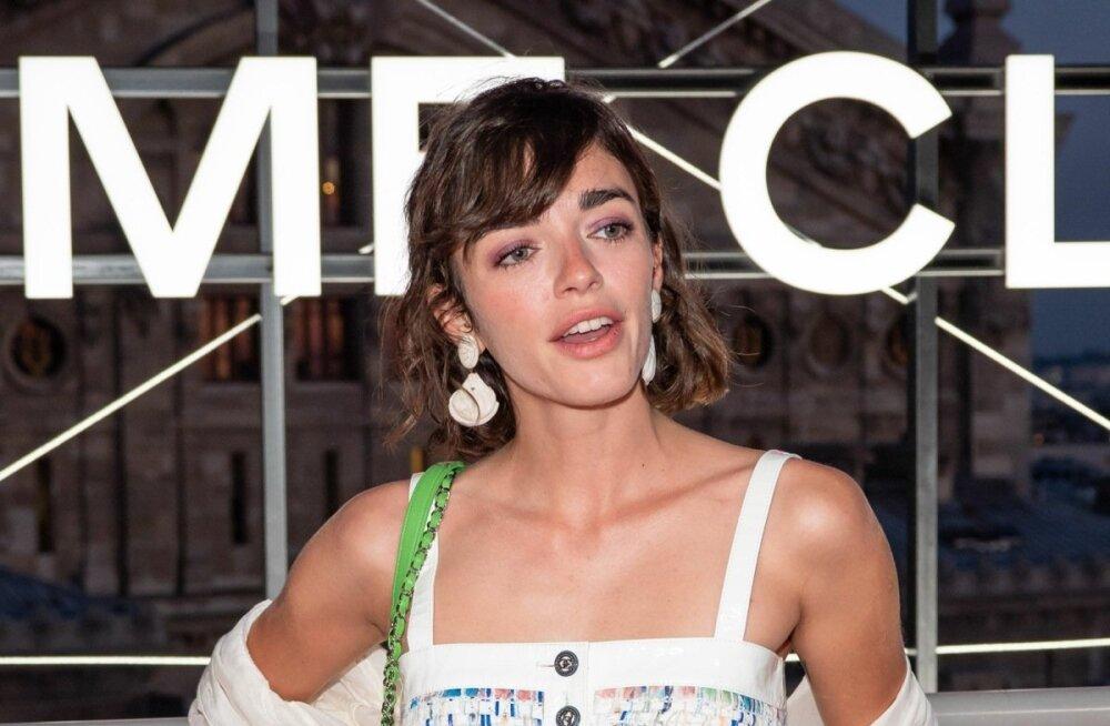 Tõeliselt suvine! Näitlejanna Belen Chavanne käis Chaneli pop-up-poe avamisel eriti moekas riietuses, esindades selle aasta suurt trendi, kõrge värvliga lühikesi teksapükse. Kontrasti annab pidulik nabapluusike ja suured aksessuaarid.