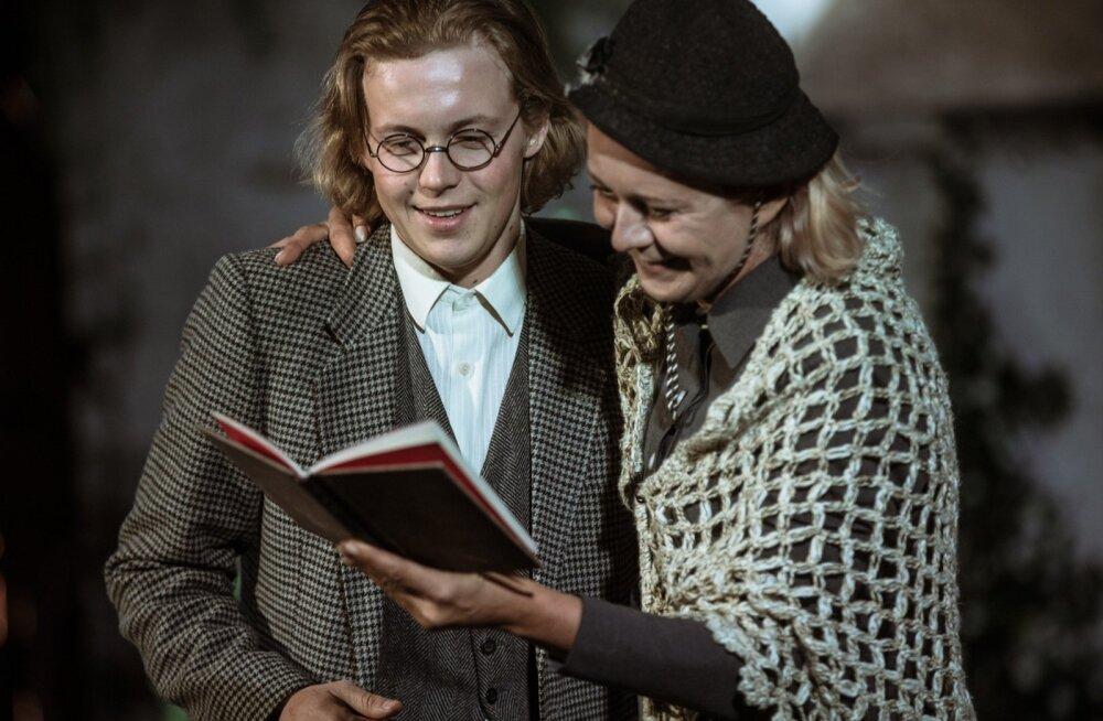 Ülle Lichtfeldt vanima õena, elukutselt õpetajana, mõjus tõesti pedagoogiliselt autoriteetsena (fotol koos minajutustaja Märten Matsuga)