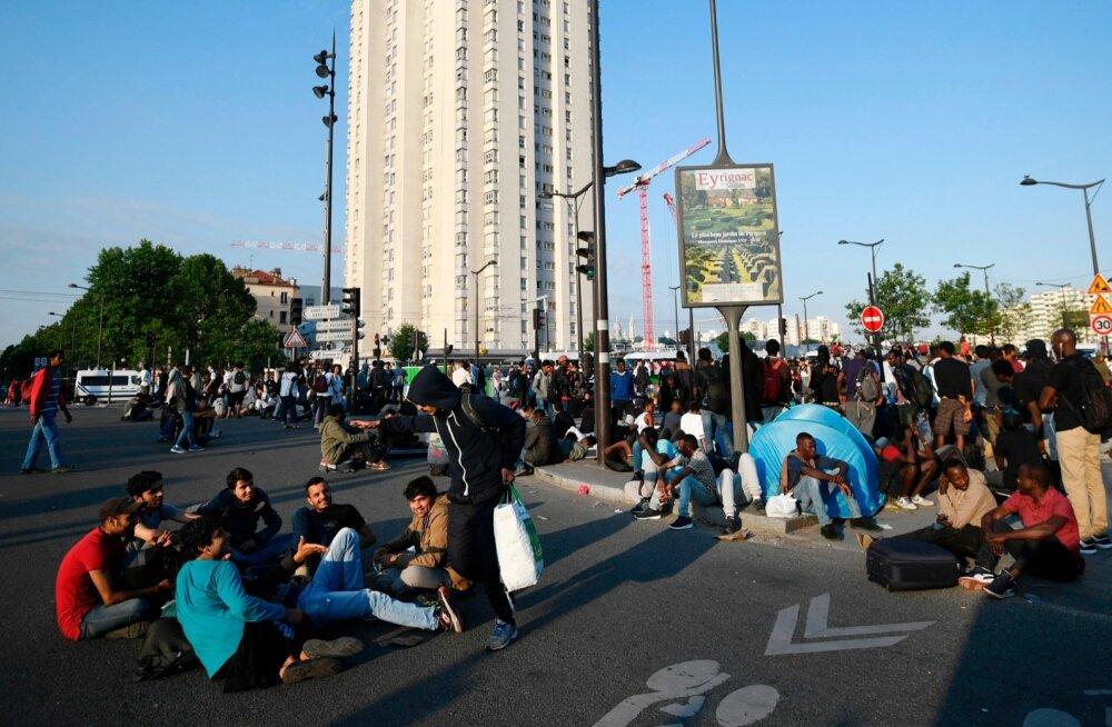 В Париже мужчина захватил заложников и потребовал связаться с посольством Ирана