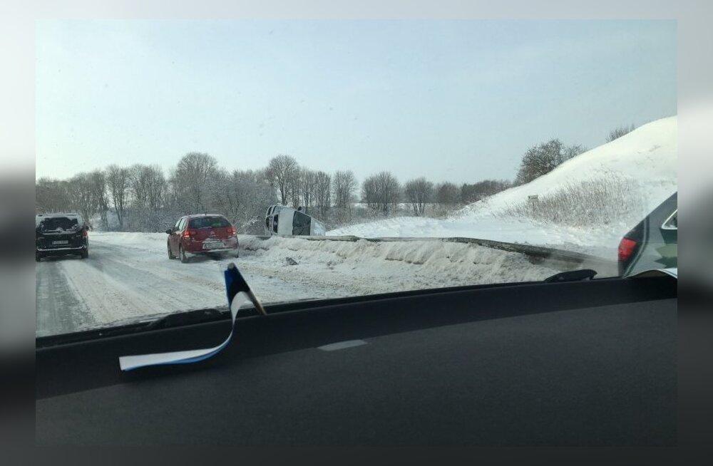 ФОТО: На шоссе Таллинн-Нарва машина перелетела через дорожное ограждение