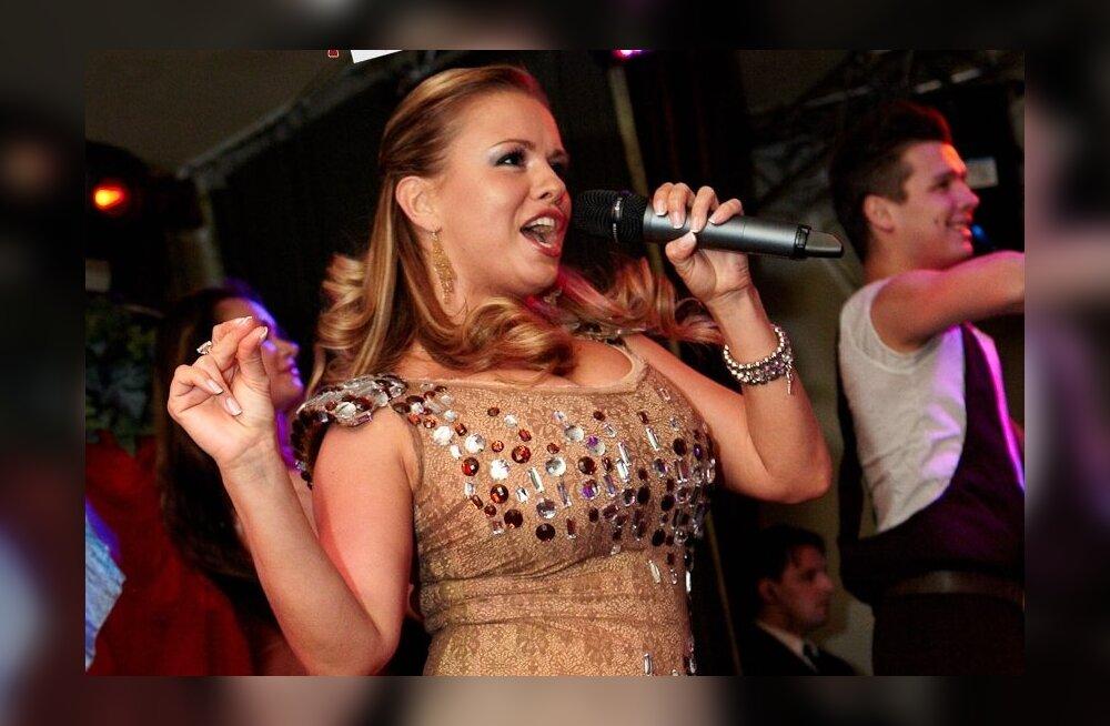 Пьяная Анна Семенович пела и танцевала в кабриолете