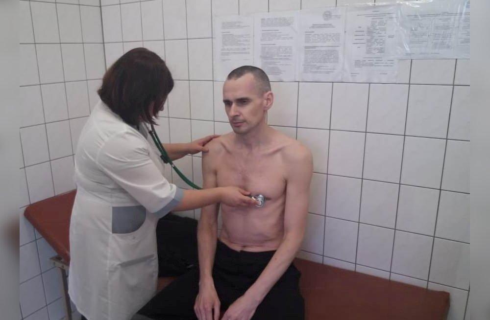 Oleg Sentsov oktoobris Labõtnangi haiglas tervisekontrollis. Selle tulemusi pole tema advokaat tänini saanud.
