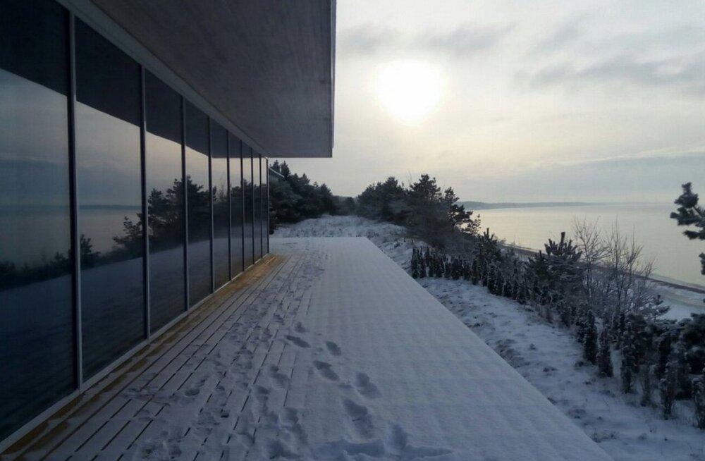 Läti mereranda ehitatud laev-maja omanik lubab selle kunagi mööda vett minema pukseerida