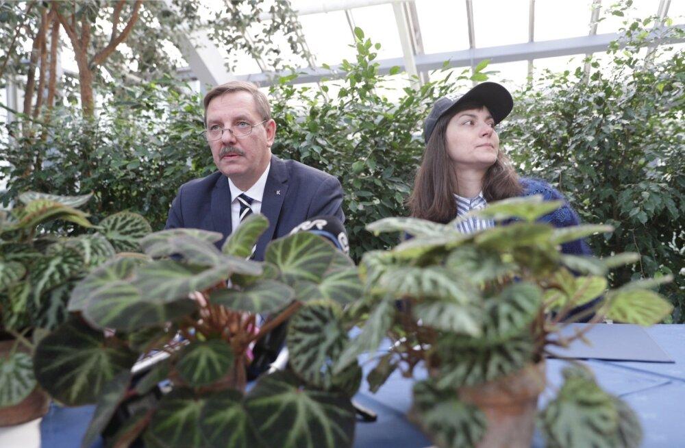 Tulevane Tallinna linnapea Taavi Aas ja roheliste esimees Züleyxa Izmailova kirjutasid eile botaanikaaias lepingule alla.