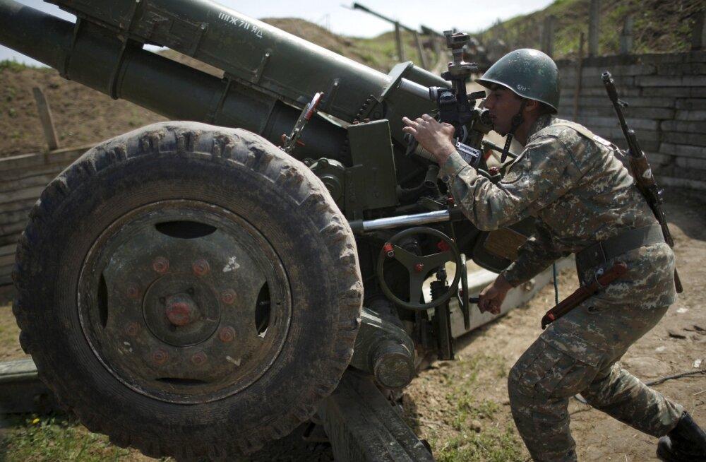 Vaenupooled kasutavad ka raskerelvastust. Fotol rihib kahurit Armeenia sõdur.
