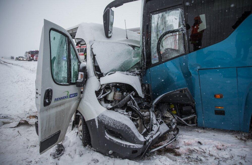 Tallinna-Tartu 109. km põrkasid kokku liinibuss ja kaubik