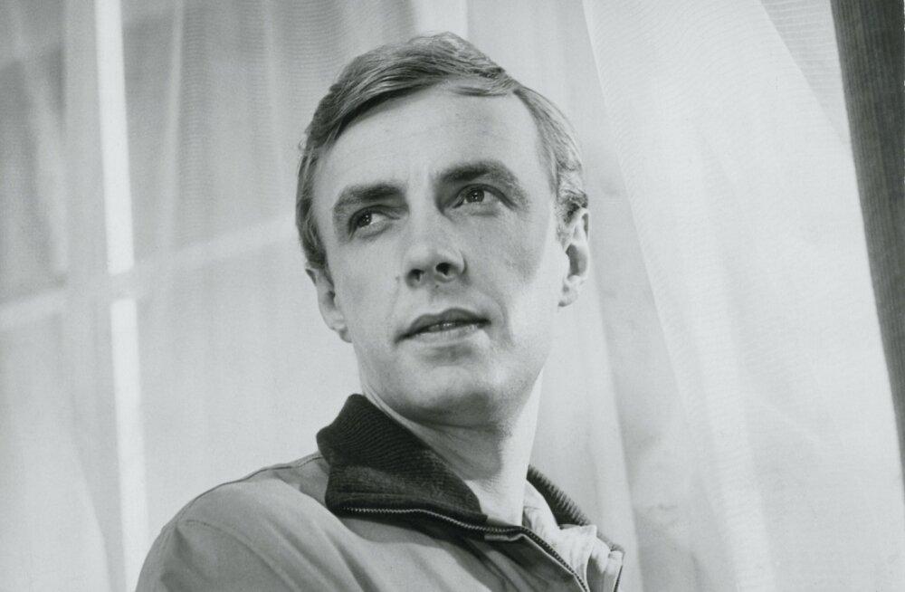 """Aarne Üksküla kunstitudengina filmis """"Ühe suve akvarellid"""" (Eesti Telefilm 1966)."""