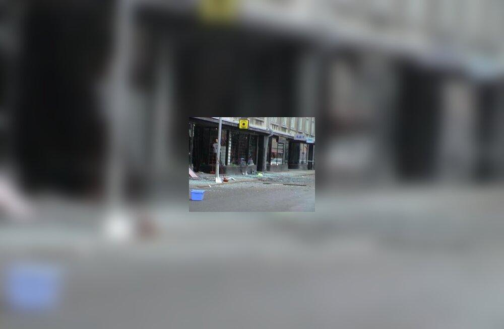 """<b>Roosikrantsi tänaval plahvatas kaks lõhkekeha, kaks inimest sai kriimustada <font color=""""blue"""" size=""""1"""">täiendatud kl 14.52</font></b>"""