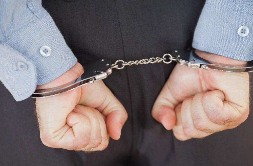 В Кохтла-Ярве мужчина не смог попасть в квартиру и стал угрожать жене убийством и порчей имущества