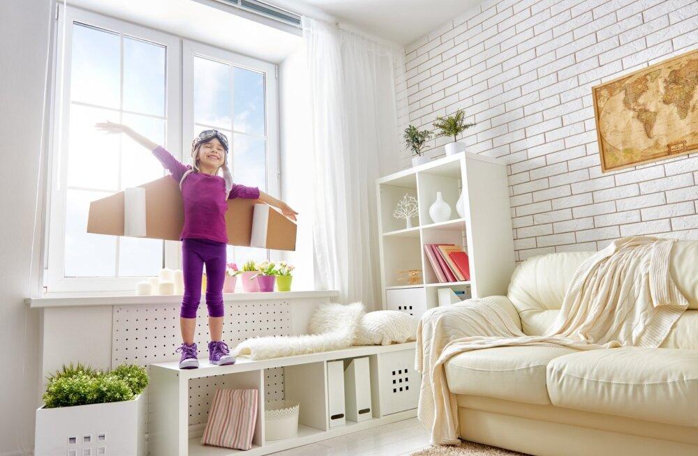 Kasuta akna lähedust. Loo lapsele akna alla mugav koht mängimiseks, asjade paigutamiseks ja lihtsalt õue vaatamiseks. Kasuta ära diivani taha või küljele loodud ruumi, et sinna laste jaoks oma ala teha. Nii saavad lapsed mängida vanemate läheduses, aga sa