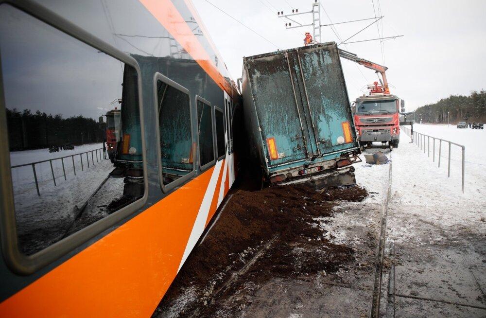 ГЛАВНОЕ ЗА ДЕНЬ: Авария с участием поезда и грузовика, задержание обвиняемой за подстрекательство к убийству