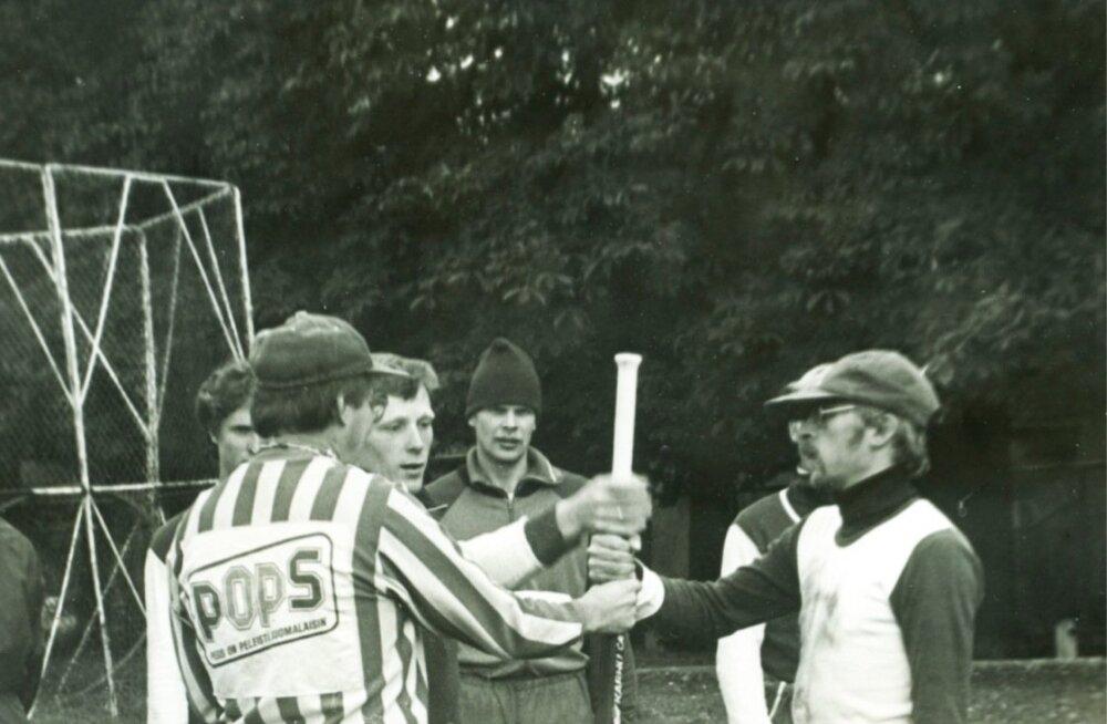 Kaheksakümnendad. Järjekordse pesapallimängu eelne loosimine. Paremal siinkirjutaja, vasakul Avinurme meeskonna kapten Andres Kallavus, triibulises kohtunik Soomest.
