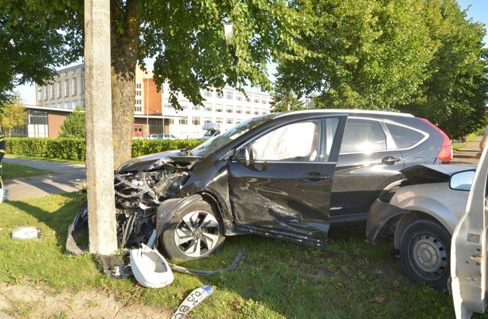 Viljandis põrkasid kokku kaks autot, üks inimene viidi haiglasse