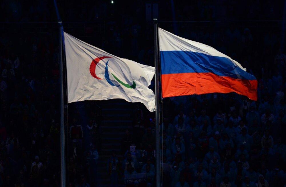 Флаги России и Международного паралимпийского комитета в Сочи в 2014 году.