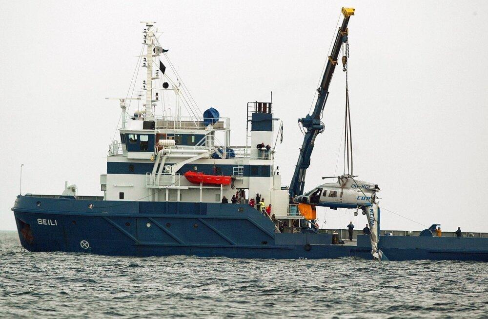 Kolm päeva hiljem tõsteti kopteri vrakk merepõhjast üles.