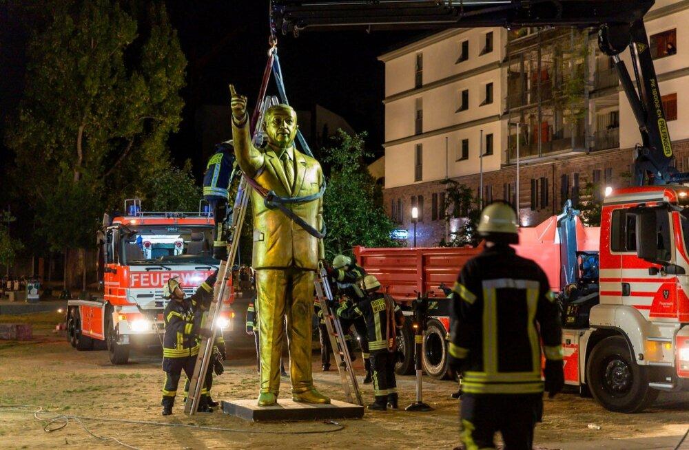 Saksamaal Wiesbadenis möödunud kuul kunstibiennaali raames püstitatud neljameetrine kullast Türgi presidendi Recep Tayyip Erdoğani kuju sai seal olla vaid paar päeva, enne kui linnavõimud selle julgeolekukaalutlusel ära viia käskisid. Kohalike türklaste s