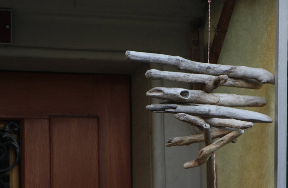 Enne kui jõuluehted välja otsida, võib sügiseseks kaunistuseks välja riputada looduslähedase kompositsiooni, mis on valmistatud jalutuskäikudelt kaasa korjatud okstest.