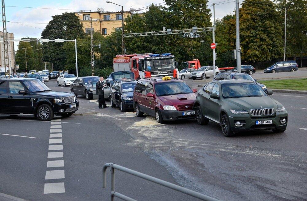 DELFI FOTOD: Ahelavarii Tallinnas! Kristiine keskuse lähedal põrkasid kokku viis autot