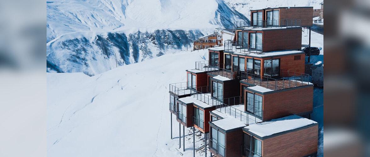 В горах Грузии на высоте 2200 метров построили отель из грузовых контейнеров