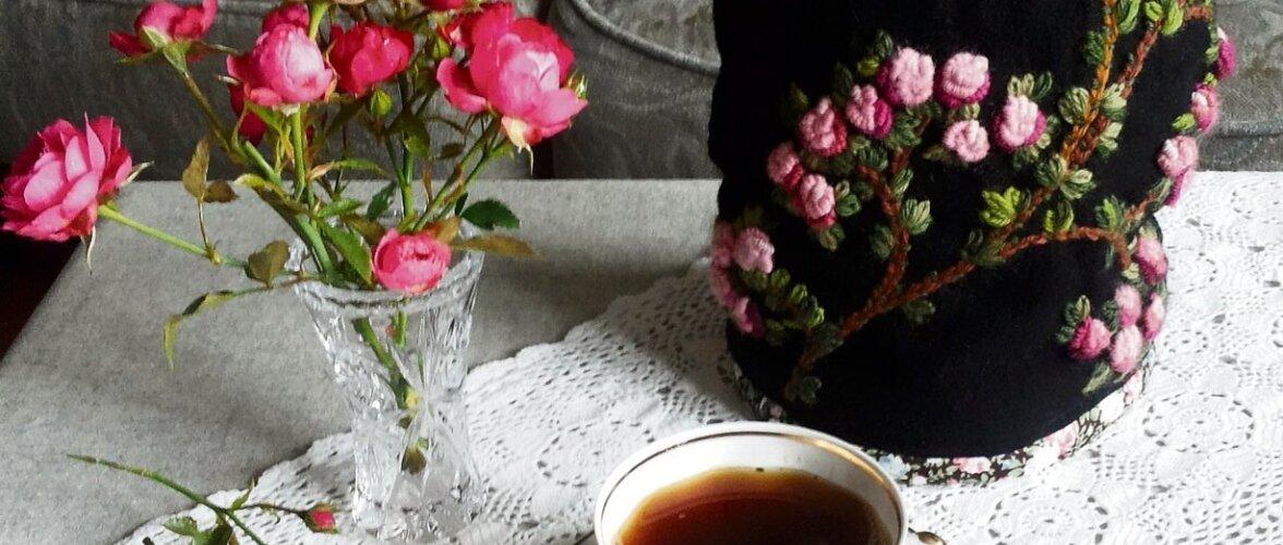 Romantiline roosidega kannusoojendaja on kohvilaual pilgupüüdjaks.