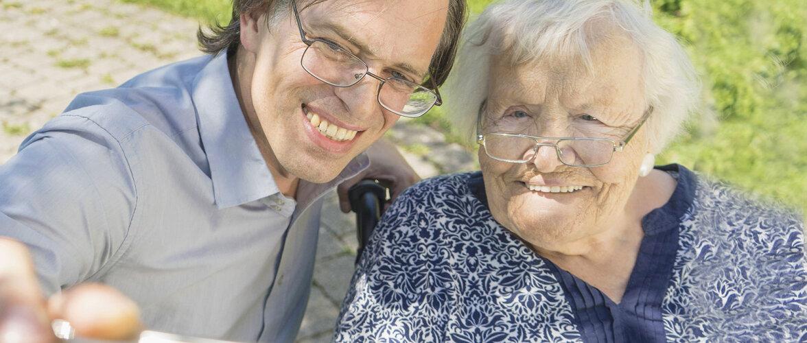 Elu kahekesi: keskeas mees ja pensionärist ema