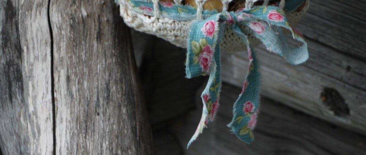 Valgele kotile on kaunistuseks seotud värviline pael.
