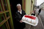 """""""Ei viitsi niisama kodus vedeleda, tahaks teiste inimestega suhelda,"""" põhjendas tööl edasi käimist 68aastane Helge Tammel, kes töötab Pärnus kohvikus Kadri letitöötajana. Üks põhjusi tööl käia on Tammeli sõnul ka palk."""