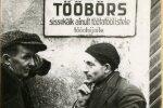 Töötud 1930-ndatel Tallinna linna tööbörsi juures. Haridus- ja sotsiaalministeeriumi 1930. aasta 26. novembri ringkiri lubas tööbörsil hädaabitööle saata üksnes töötu, kes oli Eesti kodanik, elanud tööbörsi piirkonnas vähemalt aasta, teinud vii-mase aasta