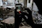 Pokémon Go mängijate hajus kogukond ulatub ka sõjast räsitud Süüriasse. Pildil otsib Douma linna elanik rusudest järjekordset virtuaallooma.