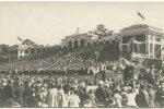 VIII laulupidu toimus Kadriorus Rohelisel aasal. Selle tarbeks rajati Kadrioru staadionile arhitekt Karl Burmani projekti järgi puittribüün. Nagu pildilt näha, täitsid lauljad selle täiesti.