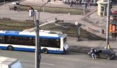 VIDEO: Vaata, mida Venemaa noored ette võtavad, kui autol ootamatult keset liiklust bensiin otsa saab