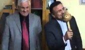 HUUMOR! Türgi reporter satub intervjuu ajal nii hoogu, et räägib mikrofoni asemel seenega